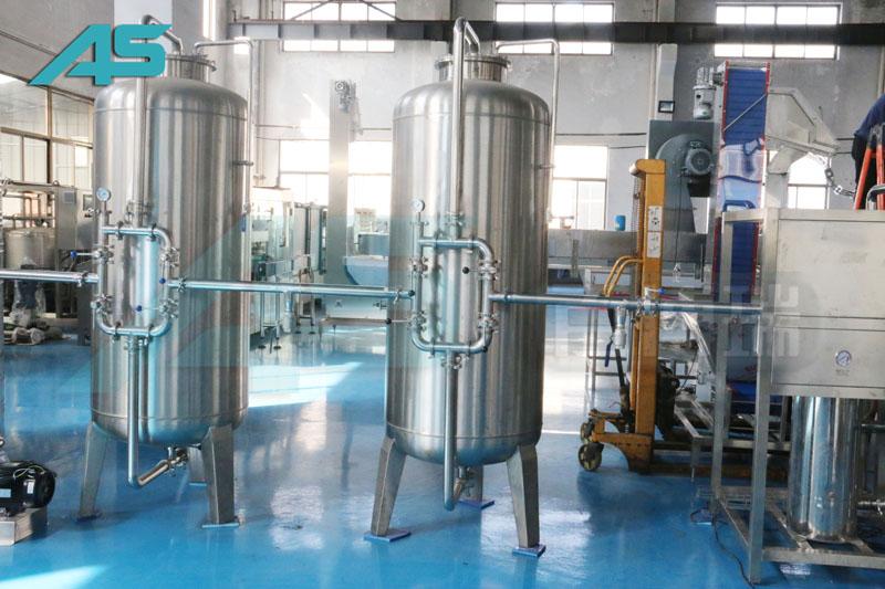 PET瓶灌装机采用单头柱塞式定量充填装置
